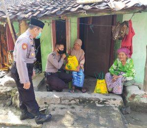 Kapolsek Mundu Salurkan Paket Sembako Untuk Warga Jompo dan Kaum Dhuafa