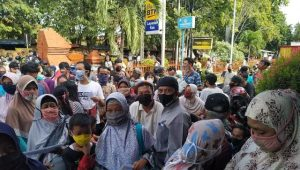 Polsek Lemahwungkuk Polres Cirebon Kota Pantau Kegiatan Penyaluran Bantuan Sosial Tunai (BST) dari Presiden
