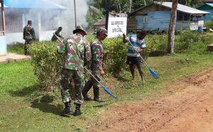 Peduli Akan Lingkungan, Babinsa Koramil 1707-17/Elikobel Bersihkan Perkarangan Balai Kampung
