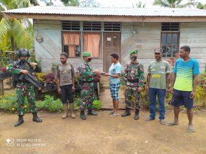 Peduli Dengan Warga, TNI Yonif 125/Si'mbisa Lakukan Pelayanan Kesehatan Keliling Kampung Dan Bagikan Alkitab