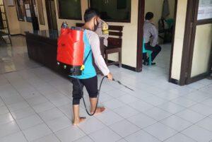 Utamakan Pelayanan Bersih dan Sehat, Mapolsek Kapetakan Semprot Disinfektan