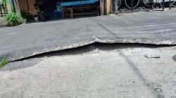 """Di duga tidak sesuai RAB Jalan yang baru dibangun terlihat """"Bunting"""""""