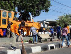 Peringati Hari Lingkungan Hidup Sedunia, KAI Daop 3 Cirebon Bersama Puluhan Komunitas Bersih-bersih Monumen KA